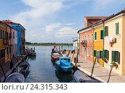 Купить «Ярко окрашенные дома на Бурано, Венеция, Италия», фото № 24315343, снято 29 апреля 2014 г. (c) Виталий Батанов / Фотобанк Лори