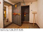 Купить «Бомбоубежище гражданской обороны. Гермодверь», фото № 24317535, снято 27 ноября 2014 г. (c) Sashenkov89 / Фотобанк Лори