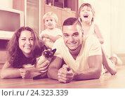 Купить «Parents and two daughters with Siamese», фото № 24323339, снято 19 июля 2014 г. (c) Яков Филимонов / Фотобанк Лори