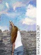 Молодая девушка рисует акварельное небо на каменной стене. Стоковое фото, фотограф Бережная Татьяна / Фотобанк Лори