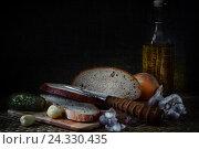 Деревенский натюрморт в темных тонах с изображением хлеба, чеснока и огурца. Стоковое фото, фотограф Алексей Мельников / Фотобанк Лори