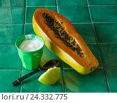 Купить «Papaya with sour cream», фото № 24332775, снято 15 августа 2018 г. (c) mauritius images / Фотобанк Лори
