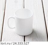 Белая кружка на деревянном столе. Стоковое фото, фотограф ouh_desire / Фотобанк Лори