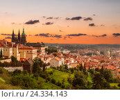 Вид на историческую часть Праги с собором Святого Вита на закате, Чехия (2014 год). Стоковое фото, фотограф Наталья Волкова / Фотобанк Лори
