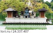 Купить «Ланкийцы отдыхают под деревом Бодхи рядом со статуей Будды в храме Сима Малака на озере Бере Коломбо Шри-Ланка», фото № 24337407, снято 14 ноября 2009 г. (c) Эдуард Паравян / Фотобанк Лори