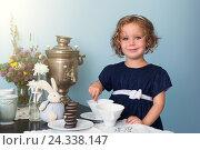 Купить «Очаровательная девочка, играющая в чаепитие», фото № 24338147, снято 9 сентября 2016 г. (c) Ксения Кузнецова / Фотобанк Лори