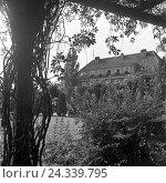 Купить «Herrenhaus, wahrscheinlich in Nikolaiken in Masuren in Ostpreußen, Deutschland 1930er Jahre. Mansion, probably at Nikolaiken in Masuria in East Prussia, Germany 1930s.», фото № 24339795, снято 19 июля 2018 г. (c) mauritius images / Фотобанк Лори