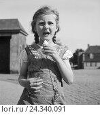 Купить «Kinder haben sich zur Sommerzeit ein Eis gekauft, Deutschland 1930er Jahre. Children enjoying an ice cream in the summertime, Germany 1930s.», фото № 24340091, снято 23 апреля 2018 г. (c) mauritius images / Фотобанк Лори