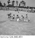 Купить «Kinder kühlen sich ab in einem Schwimmbad in Bad Rippoldsau Schapbach im Schwarzwald, Deutschland 1930er Jahre. Children cooling themselves in a public...», фото № 24340451, снято 22 июля 2018 г. (c) mauritius images / Фотобанк Лори