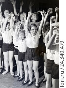 Купить «Kinder in einer Reihe bei der Auffhrung eines Tanzstcks; Deutschland 1930er Jahre. Children performing a dance; Germany 1930s.», фото № 24340479, снято 23 июля 2018 г. (c) mauritius images / Фотобанк Лори