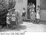 Купить «Frauen und Kinder beim Waschtag auf dem Hof, Deutschland 1930er Jahre. Women and children doing the washing in the courtyard, Germany 1930s.», фото № 24342847, снято 23 апреля 2018 г. (c) mauritius images / Фотобанк Лори