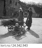 Купить «Bauersfrauen mit ihren Kinder, Deutschland 1930er Jahre. Farm women with their children, Germany 1930s.», фото № 24342943, снято 23 июля 2018 г. (c) mauritius images / Фотобанк Лори