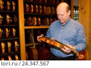 Купить «Violin making Winterling: Occupational report with violin making champion Eduard Schwen,», фото № 24347567, снято 3 декабря 2015 г. (c) mauritius images / Фотобанк Лори