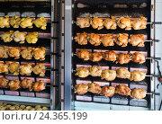 Купить «Process of grilling chicken in store», фото № 24365199, снято 22 июля 2019 г. (c) Яков Филимонов / Фотобанк Лори