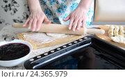 Купить «housewife rolls dough for pies», видеоролик № 24365979, снято 4 декабря 2016 г. (c) Володина Ольга / Фотобанк Лори