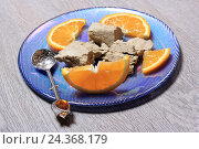 Купить «Дольки апельсина и халва на синей десертной тарелке», эксклюзивное фото № 24368179, снято 6 декабря 2016 г. (c) Яна Королёва / Фотобанк Лори