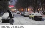 Купить «Балашиха, улица Проспект Ленина в снегопад зимним вечером с видом на магазин М-видео», эксклюзивный видеоролик № 24385699, снято 5 декабря 2016 г. (c) Дмитрий Неумоин / Фотобанк Лори