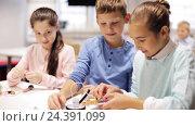 Купить «happy children learning at robotics school», видеоролик № 24391099, снято 26 октября 2016 г. (c) Syda Productions / Фотобанк Лори