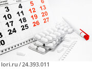 Купить «Белые таблетки в блистерах, календарь, ручка и блокнот», фото № 24393011, снято 6 декабря 2016 г. (c) Наталья Осипова / Фотобанк Лори