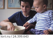 Купить «Mother, baby,  salad bowl, inside, woman, young, parent, prepare, salad, bowl, food, child, infant, 2 years, watch, carefully, attention, interest, interested», фото № 24399643, снято 17 июля 2002 г. (c) mauritius images / Фотобанк Лори