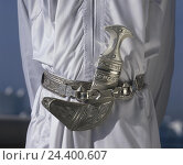 Купить «Oman, Maskat, man, crooked dagger, Khanjar, detail, East, Muscat, Masqat, capital, inhabitant, culture, tradition, belt, weapon, dagger, Djambija, Jambia, Jambiya, silver», фото № 24400607, снято 14 апреля 2003 г. (c) mauritius images / Фотобанк Лори