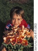 Купить «Meadow, boy, tulip bunch, smile, portrait, summer, garden, child, 6 years, sit, smile, give, happy, flowers, bouquet, tulips, Tulipa, orange, present,...», фото № 24411083, снято 8 сентября 1998 г. (c) mauritius images / Фотобанк Лори