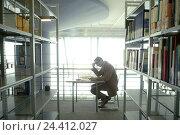 Купить «Library, shelves, table, man, read, side view, library, public library, bookshelves, librarian, library office worker, student, table, newspaper, break...», фото № 24412027, снято 24 февраля 2004 г. (c) mauritius images / Фотобанк Лори