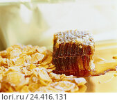 Купить «Honeycombs, honey, cornflakes, honey, honeycombs, natural product, bees, wax, beeswax, honeycomb, cereals, corn flakes, breakfast», фото № 24416131, снято 30 июля 2001 г. (c) mauritius images / Фотобанк Лори