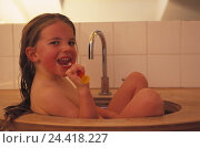 Купить «Sinks, girls, nude, sit, clean cog cleaning bath, bathroom, child, long-haired, hairs wet, cogs, hygiene, care, personal care, cog care, cleanliness, cleanness, funnily», фото № 24418227, снято 22 октября 2002 г. (c) mauritius images / Фотобанк Лори