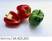 Купить «Peppers, completely, halves, red, green, vegetables, Capsicum, pod, pods, paprika, half, cut out,», фото № 24423263, снято 27 августа 2001 г. (c) mauritius images / Фотобанк Лори