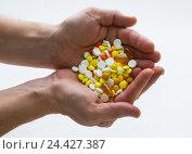 Купить «Горсть таблеток», фото № 24427387, снято 16 ноября 2016 г. (c) Олег Жуков / Фотобанк Лори