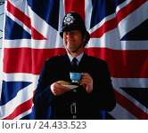 Купить «GB' policeman (Bobby) with teacup in front of British flag», фото № 24433523, снято 16 августа 2018 г. (c) mauritius images / Фотобанк Лори