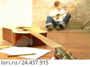 Купить «Guitarists, detail, man, young, floor, sit, play the guitar, guitarist, music, make music, musical instrument, instrument, musically, hobby, leisure time...», фото № 24437915, снято 1 апреля 2003 г. (c) mauritius images / Фотобанк Лори