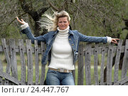 Купить «wooden fence, woman, young, lean, gesture, garden fence, wooden bars, paling, fence, 26 years, laxly, careless, casually, leisurewear, jeans, denim jacket...», фото № 24447767, снято 5 января 2006 г. (c) mauritius images / Фотобанк Лори