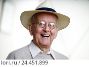 Купить «Senior, laugh, glasses, care, portrait, man, pensioner, man's portrait, grandpa, friendliness, in a good mood, fun, cheerfulness, happy, wearer glasses, visual help, headgear», фото № 24451899, снято 21 февраля 2006 г. (c) mauritius images / Фотобанк Лори