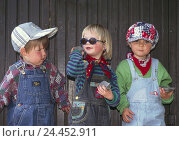 Купить «Children, girls, boy, caps, sunglasses, stones throw, outside childhood, friends, friendship, group, leisure time, game, fun, little misses, nonsense,...», фото № 24452911, снято 11 октября 2005 г. (c) mauritius images / Фотобанк Лори
