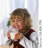 Купить «Child, girl, glass, milk, drink, portrait, infant, blond, 4 years, lacteal glass, hold, childhood, happy, fun, cheerfulness, carefree nature, view camera...», фото № 24456799, снято 27 июля 2001 г. (c) mauritius images / Фотобанк Лори