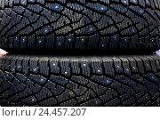 Зимняя шипованная резина. Автомобильные покрышки на складе. Стоковое фото, фотограф Александр Тарасенков / Фотобанк Лори