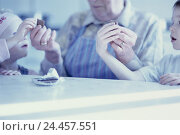 Купить «Table, grandmother, grandchildren, chocolate, split, portrait, b/w, inside, at home, granny, senior, children, siblings, boy, girl, granddaughter, grandson...», фото № 24457551, снято 1 июля 2002 г. (c) mauritius images / Фотобанк Лори