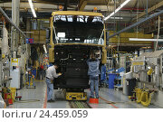 Купить «One truck production, factory building, final assembly line, new vehicles, detail, worker Europe, Bavaria, Upper Bavaria, Dachau, ONE truck, ONE, automobile...», фото № 24459059, снято 21 августа 2018 г. (c) mauritius images / Фотобанк Лори
