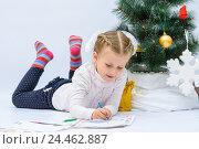 Купить «Маленькаядевочка пишет письмо Деду Морозу рядом с елкой», фото № 24462887, снято 9 декабря 2016 г. (c) Гетманец Инна / Фотобанк Лори