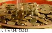 Купить «Деньги падают в чашку. Концепция увеличения прибыли и доходов», видеоролик № 24463323, снято 9 декабря 2016 г. (c) Сергеев Валерий / Фотобанк Лори