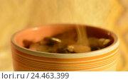 Купить «Деньги падают в чашку. Концепция увеличения прибыли и доходов», видеоролик № 24463399, снято 9 декабря 2016 г. (c) Сергеев Валерий / Фотобанк Лори