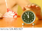"Купить «Table, woman, gesture, alarm clock, switch off, time, ""shortly in front of twelve"", curled, young, 20-30 years, 24 years, clock, pointer, awakening time...», фото № 24465927, снято 23 декабря 2005 г. (c) mauritius images / Фотобанк Лори"