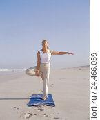 Купить «Sandy beach, woman, yoga practise, Vrikshasana variation, motions, Best Age, 50-60 years, long-haired, grey-haired, sports clothes, gymnastics clothes...», фото № 24466059, снято 28 сентября 2005 г. (c) mauritius images / Фотобанк Лори