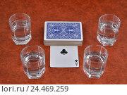 Купить «Колода игральных карт и стопки с водкой на столе», фото № 24469259, снято 8 декабря 2016 г. (c) Максим Мицун / Фотобанк Лори