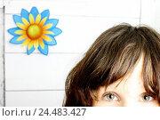Купить «Woman, young, gaze camera, detail,,  Background wall, flower,  Series, youth, girls, teenagers, 20-30 years, dark-haired, eyes, looks, sees, perception...», фото № 24483427, снято 20 июля 2018 г. (c) mauritius images / Фотобанк Лори