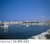 Купить «Croatia, Istria, Porec, town view, harbour, excursion boats, fishing boats, Balkan Peninsula, west coast, town, harbour basin, landing stage, boots, fishing...», фото № 24485643, снято 2 января 2006 г. (c) mauritius images / Фотобанк Лори