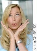 Купить «Woman, blond, head gesture, surprises, portrait, 30-40 years, long-haired, blouse, happy, amazes, surprises, pleased, astonished, is surprised, enthusiasm...», фото № 24491931, снято 2 января 2006 г. (c) mauritius images / Фотобанк Лори