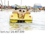 Купить «Sea, family, swimwear, paddle boat, back view, holidays,», фото № 24497699, снято 22 января 2019 г. (c) mauritius images / Фотобанк Лори